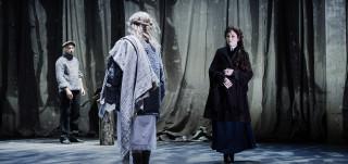 Ryysyinen Sofia kohtaa rakastettunsa vaimon lumisateessa. Kohtaus Seili-musikaalista.