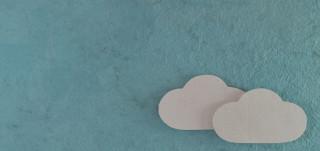 Pilviä sinisellä taustalla