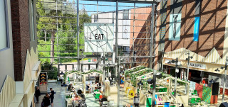 Skanssin kauppakeskuksen ravintolat ylhäältä päin kuvattuna.