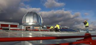 Aurinkopaneelia asennetaan katolle TSYKin katolle.