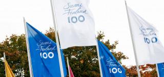 Sinivalkoiset Suomi 100 -liput salossa