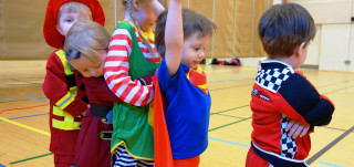 Lapset leikkivät supersankariasuissa