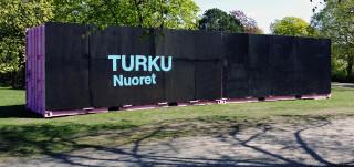Kontti Samppalinnanpuistossa, kyljessä teksti Turku Nuoret