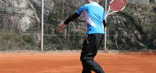 Tenniksenpelaaja Urheilupuistossa