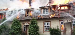 Talo palaa