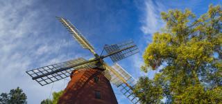tuulimylly ja sininen taivas
