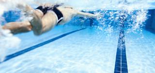 Uimari ui uimahallissa
