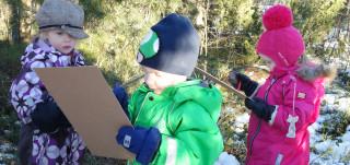 Urheiluleikkikoululaiset pelaavat metsäbingoa