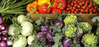 Torin myyntipöydällä vihanneksia ja juureksia