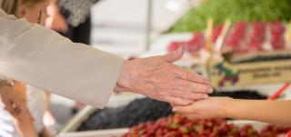 Vanha nainen maksaa ostoksensa