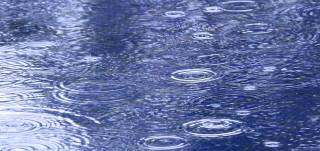 Sadepisarat vesilätäkössä
