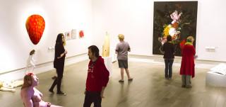 Ihmisiä Wäinö Aaltosen museon näyttelyssä