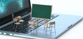 Tuolit ja taulu tietokoneen näppäimistöllä