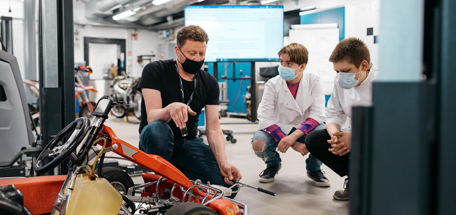 Mikaelin koulun oppilaat tutustuvat Juniori AMK:n autolaboratorioon