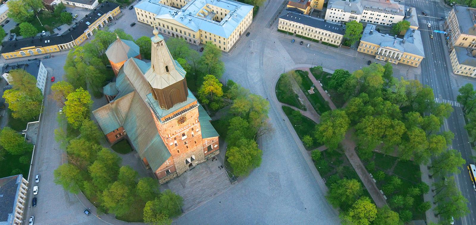 Turun tuomiokirkko ja sen ympäristöä ilmasta kuvattuna.