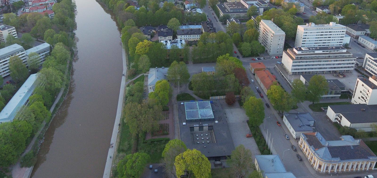 Ilmakuva, jossa näkyy Aurajokea ja Piispankatua ympäristöineen.
