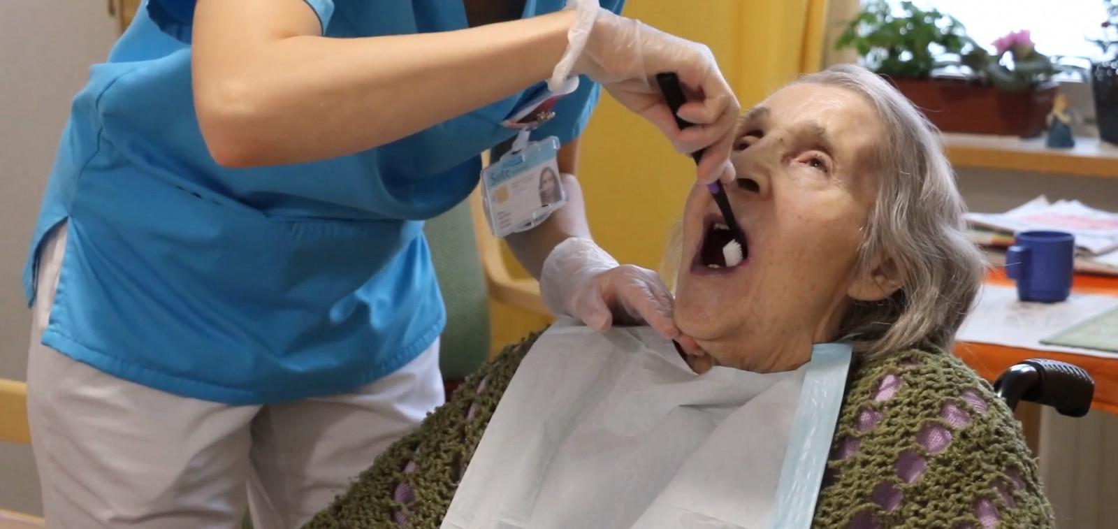 Autettavan vanhuksen suun hoito, hampaiden harjaus