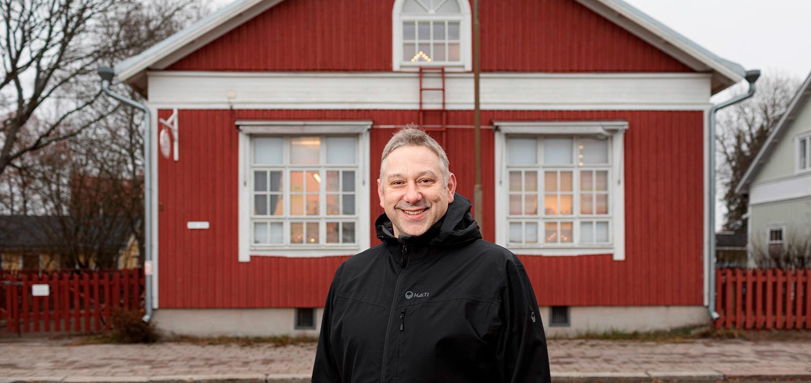 Jonathan Cowle, taustalla Wendy House -lastentarha Linnanniemellä. Kuva: Ville Mäkilä, TMK.