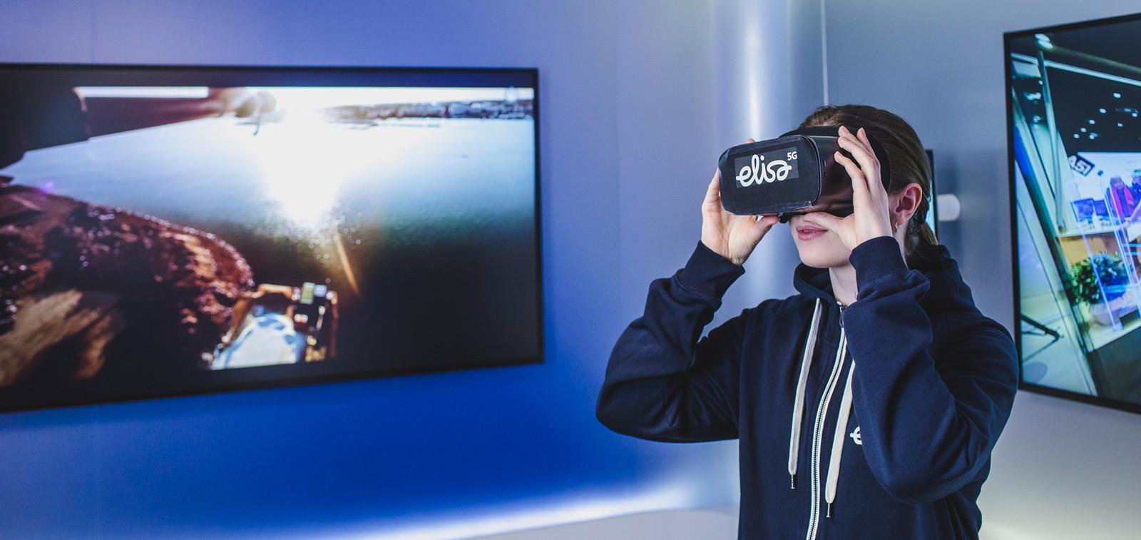 Poika VR-lasit päässä.