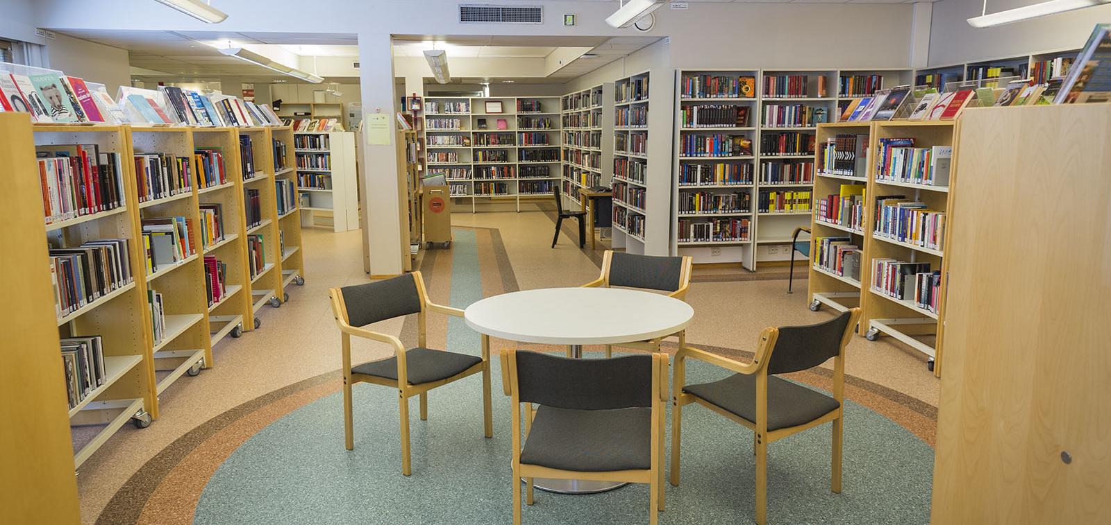 Hirvensalon kirjasto sisältä