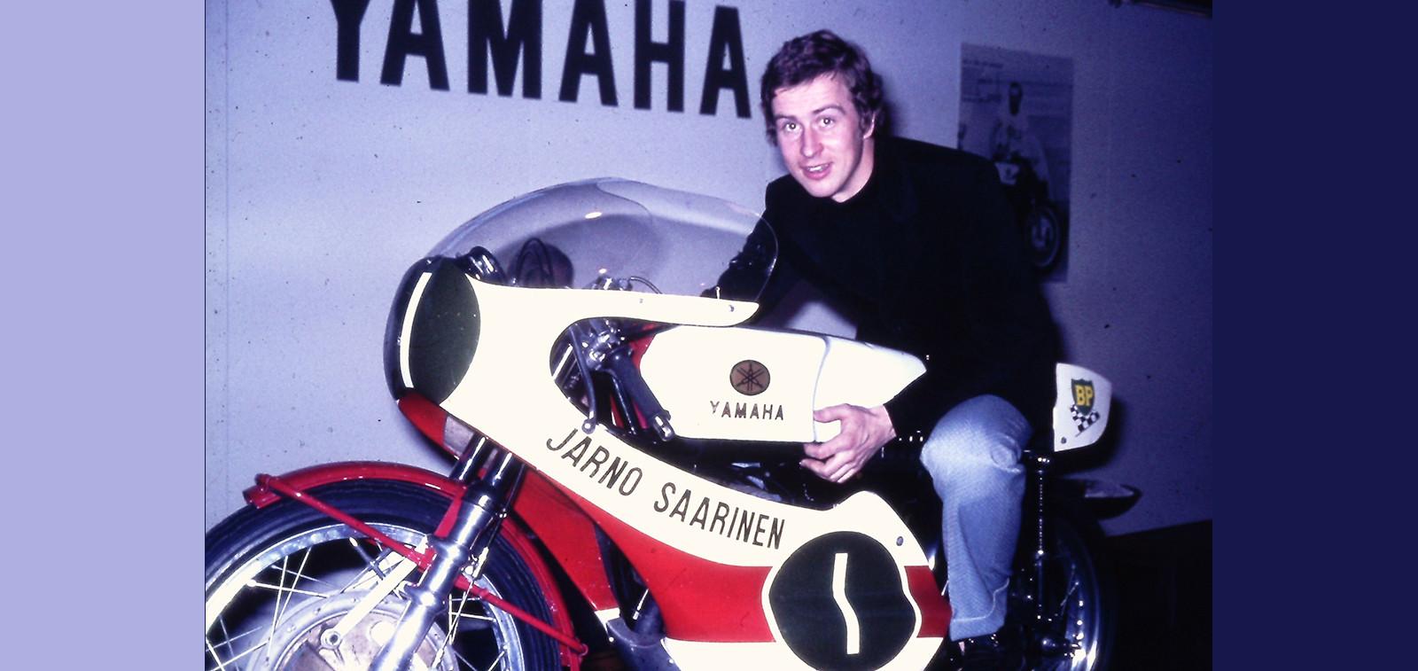 Jarno Saarinen moottoripyörän päällä.
