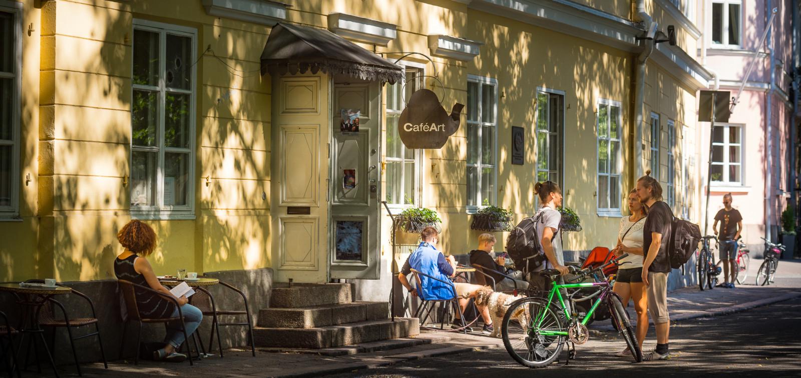 Cafe Artin terassilla jokirannassa