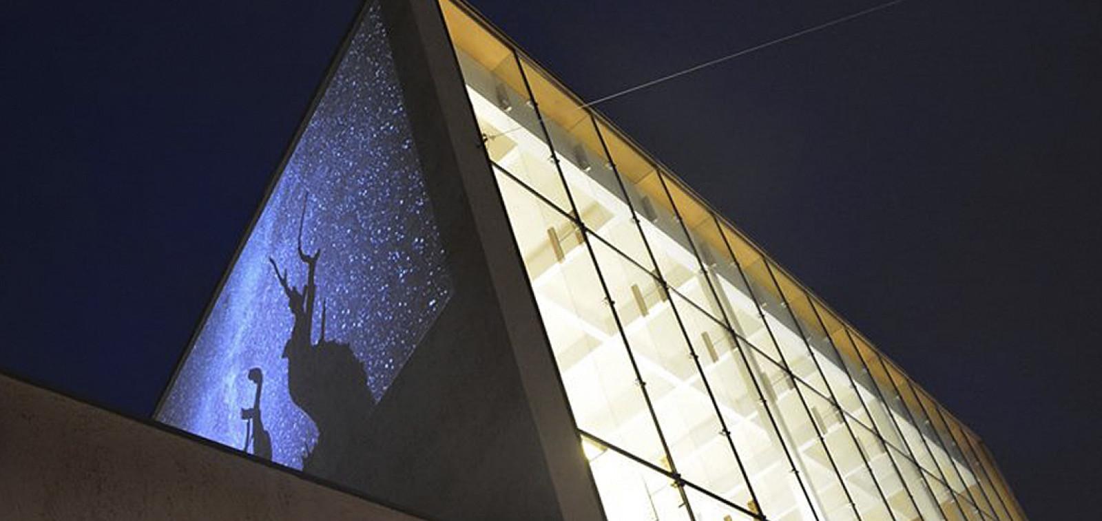 Turun pääkirjasto iltavalaistuksessa