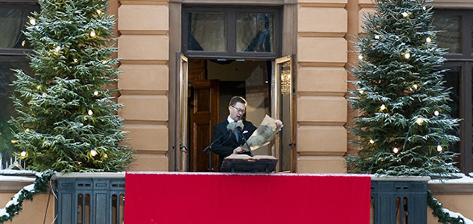 Mika Akkanen julistaa joulurauhan Brinkkalan parvekkeelta