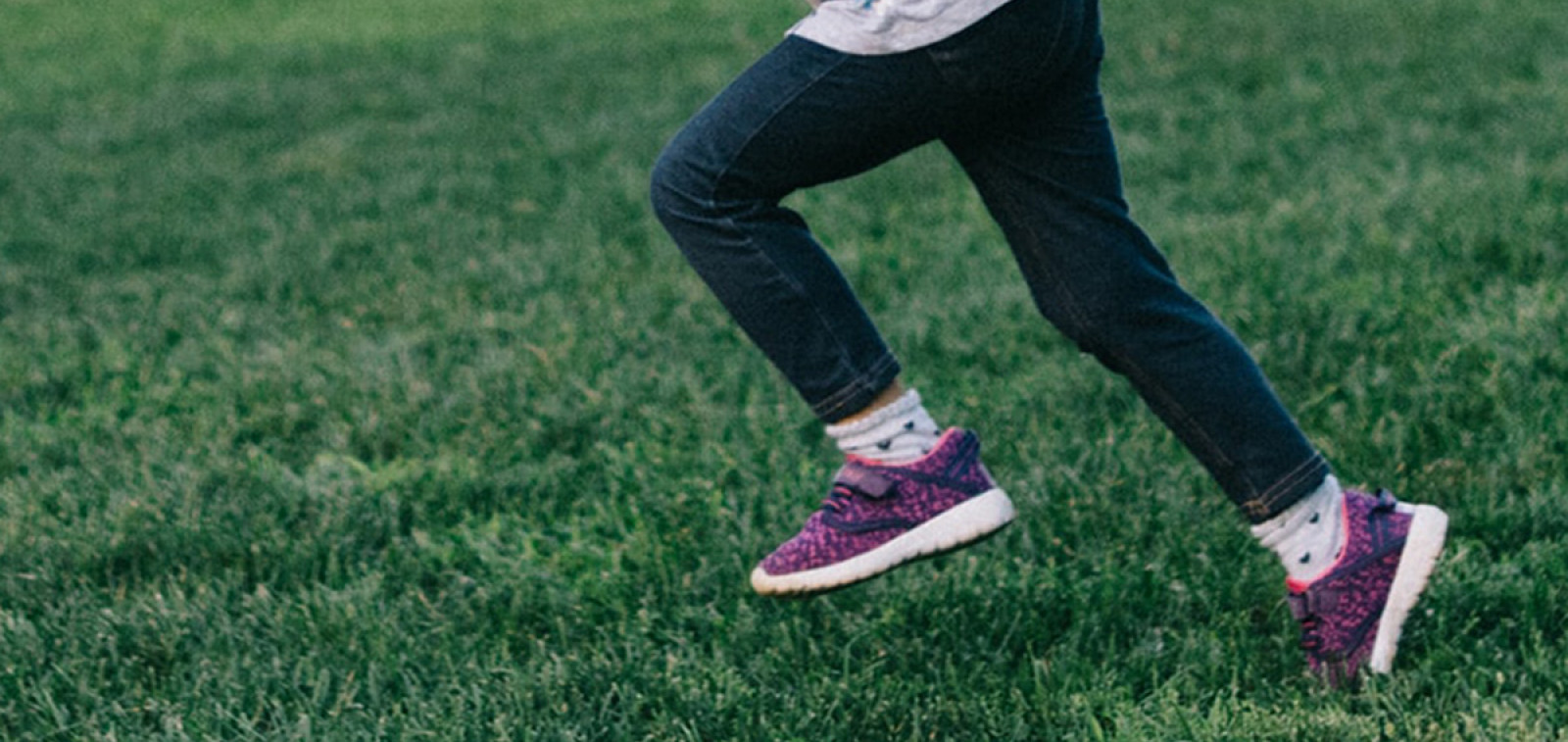 Lapsi juoksee nurmella