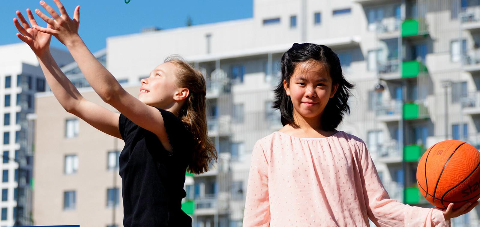 Kaksi tyttöä koulun pihalla