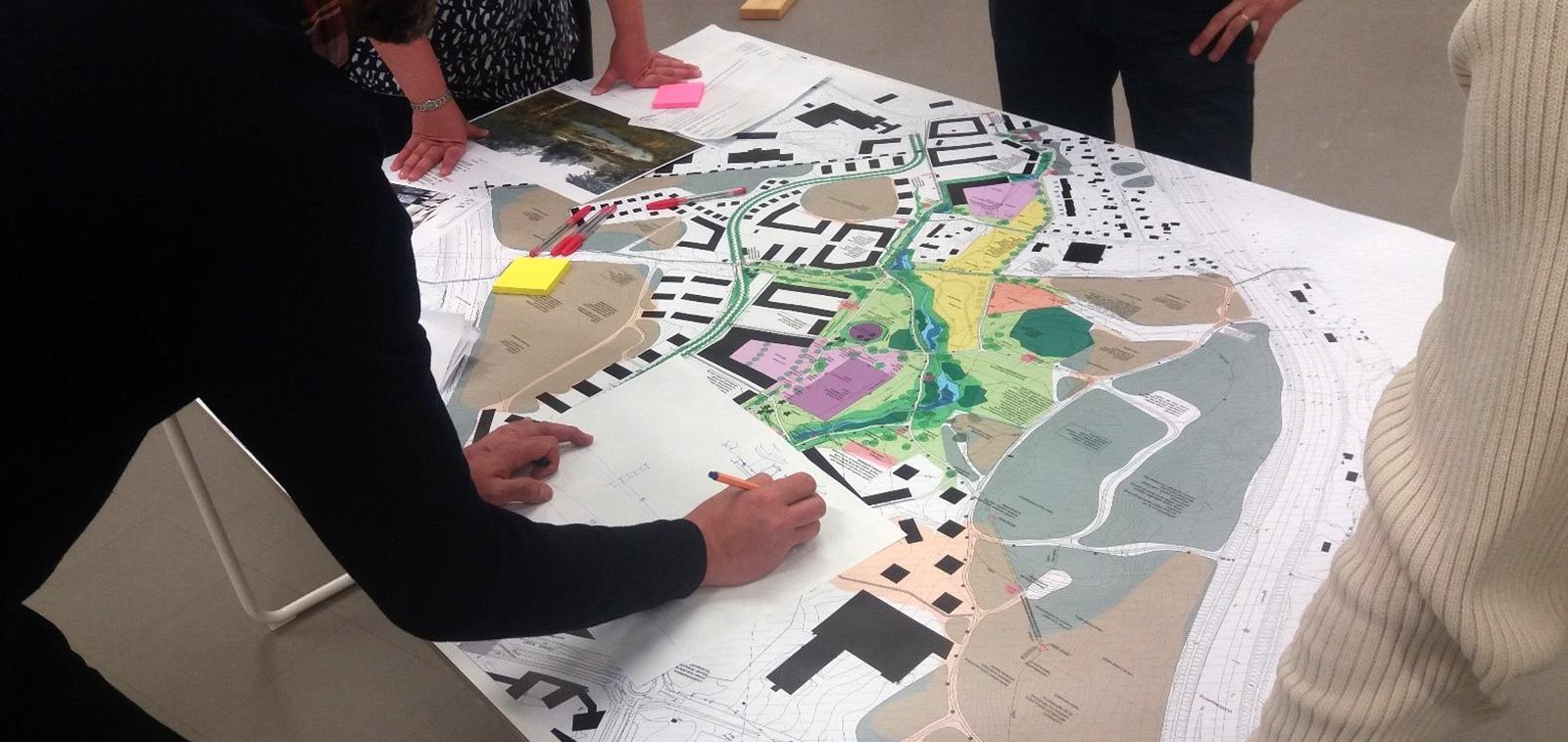 Kaupunkilaiset kommentoivat suunnitelmia suunnittelijoille.