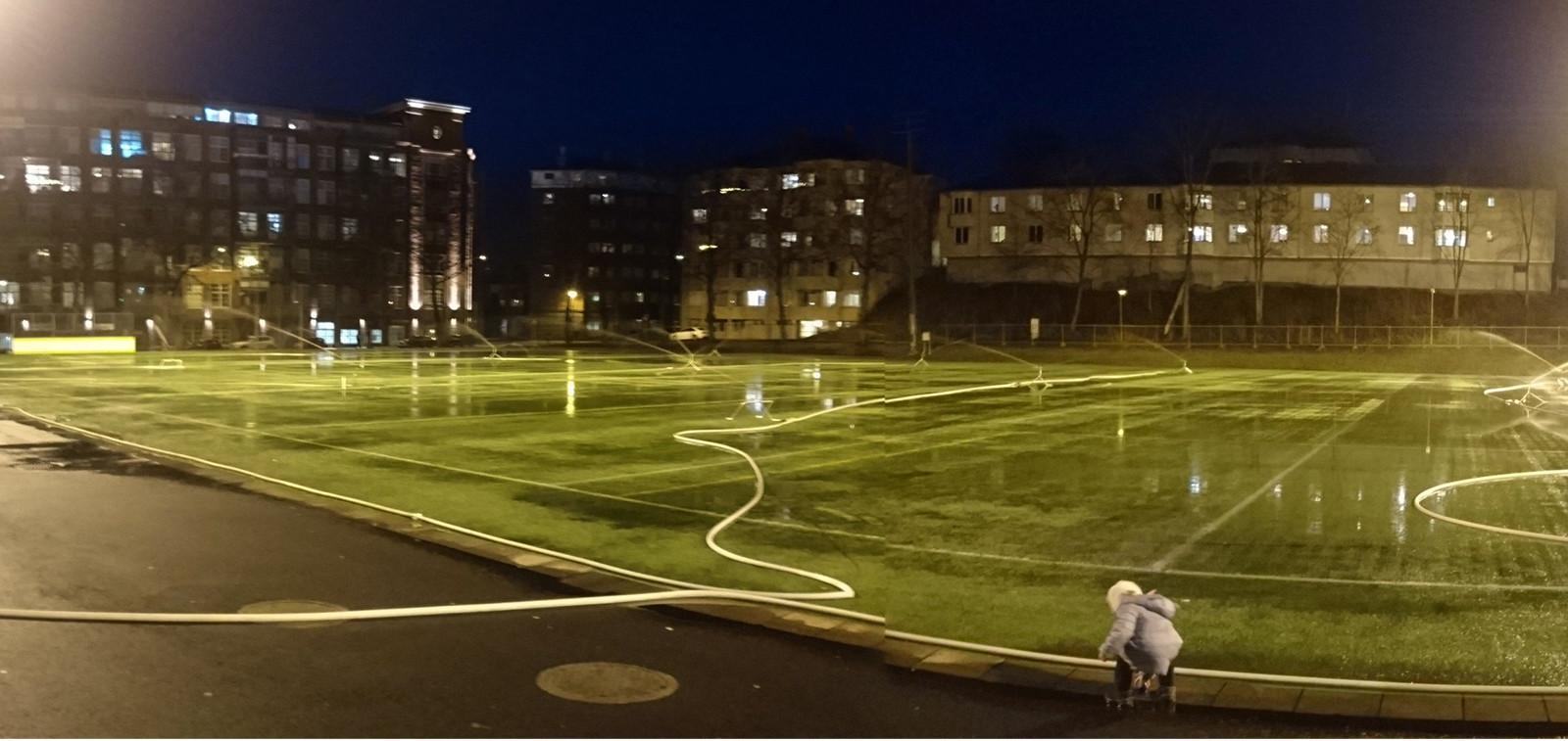 Parkin kentän pohjan kastelu käynnissä.