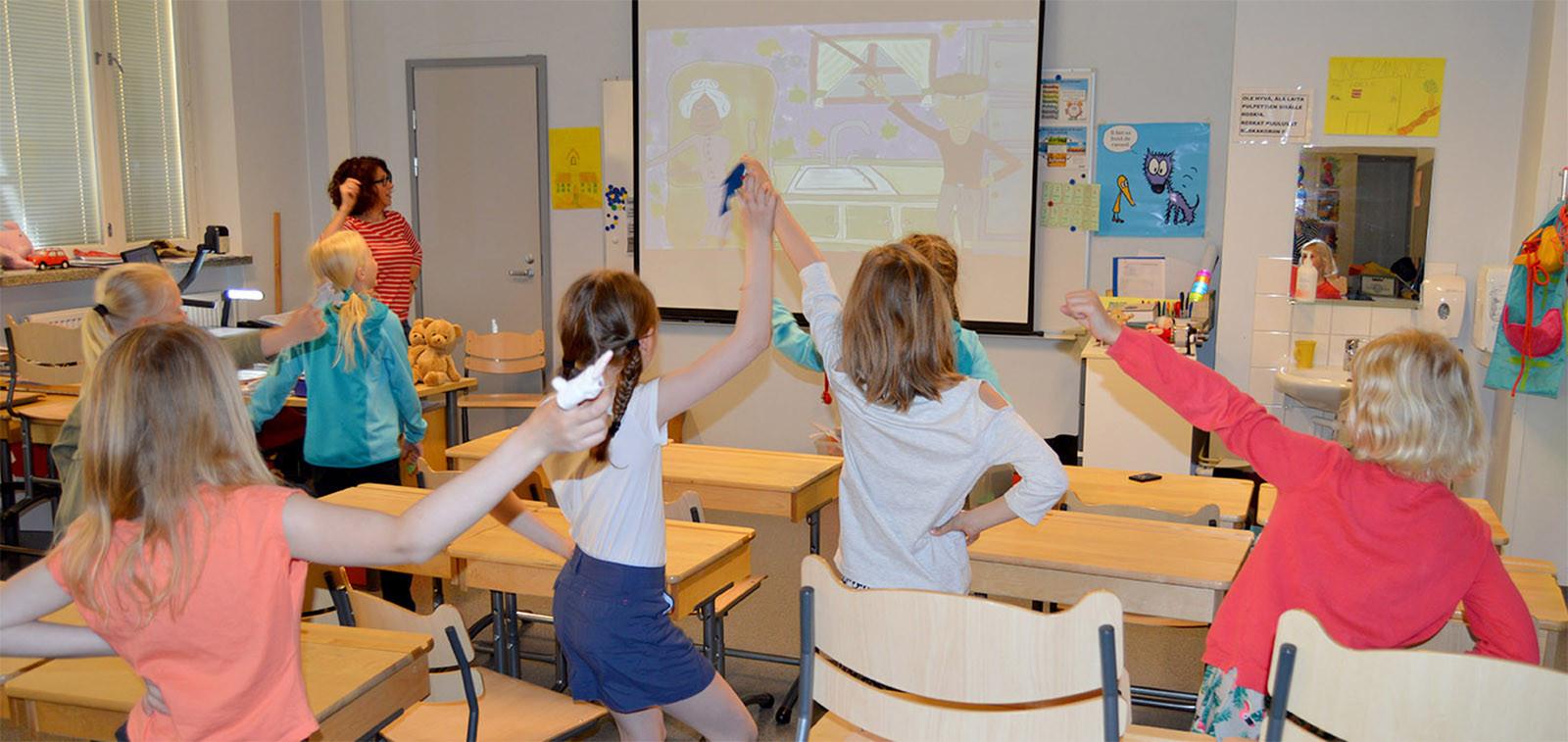 opettaja ja oppilaita luokkahuoneessa
