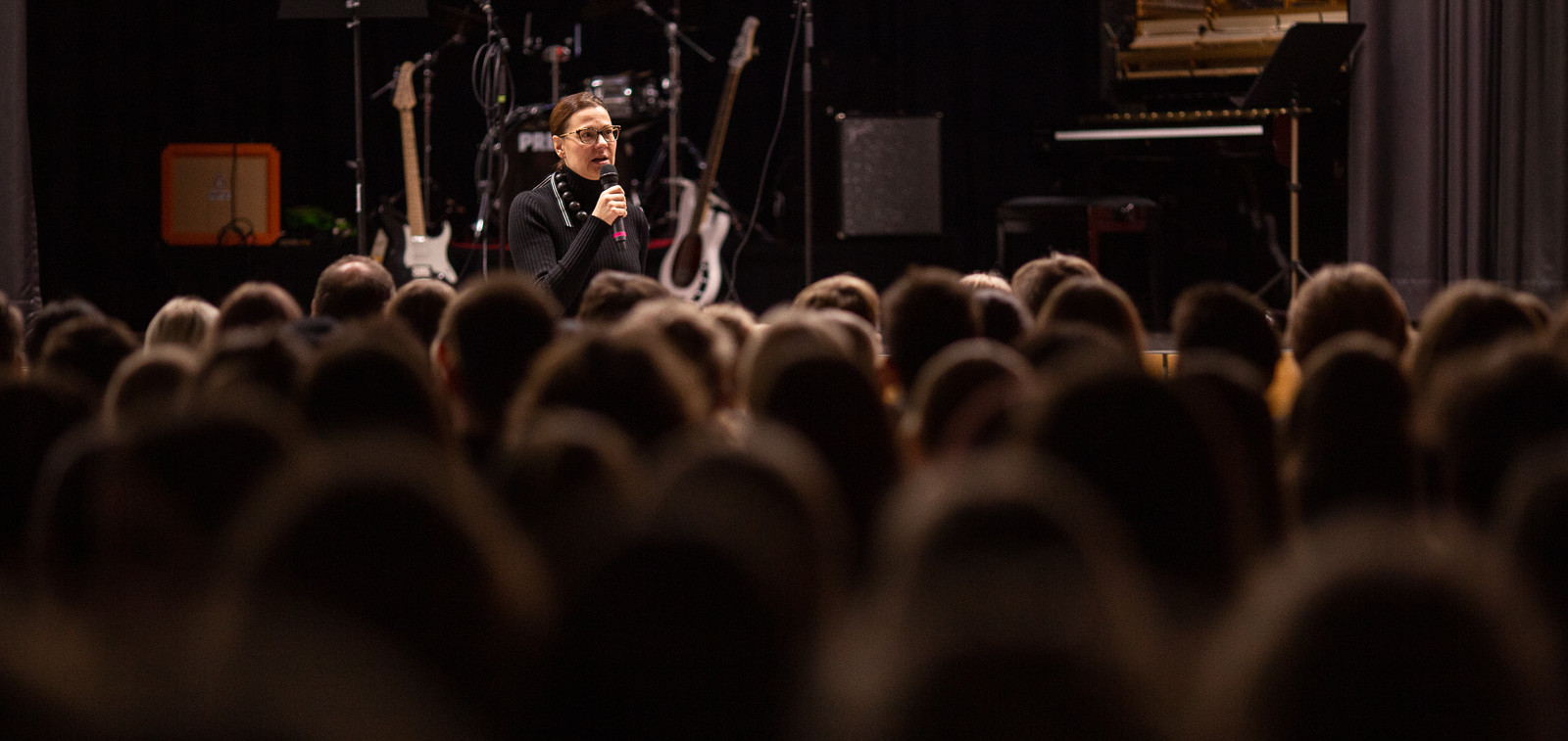 Kaupunginjohtaja puhuu mikkiin Puolalan yläkoululaisten edessä.