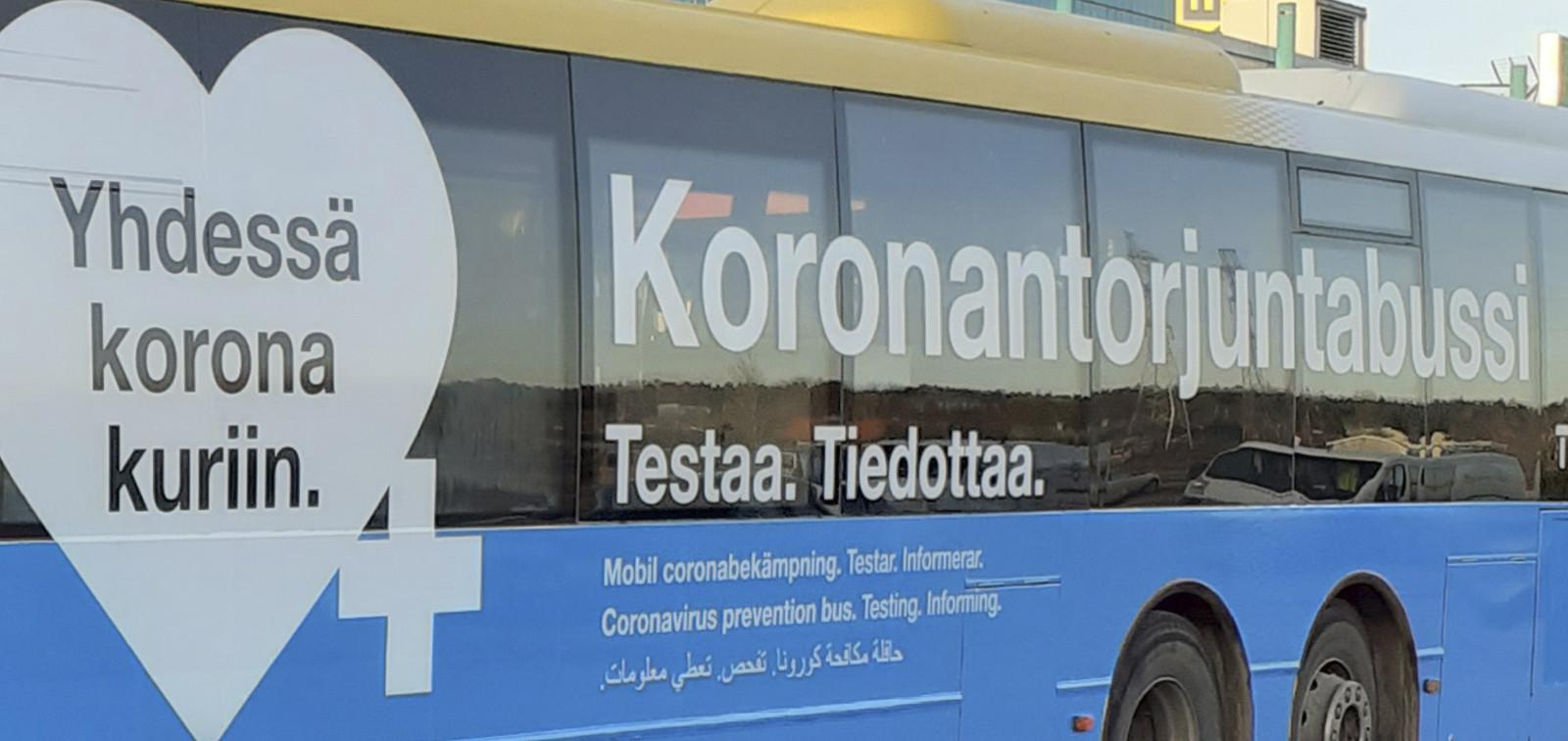 Koronabussin kylkitarroissa lukee: Yhdessä korona kuriin. Koronanatorjuntabussi testaa, tiedottaa..