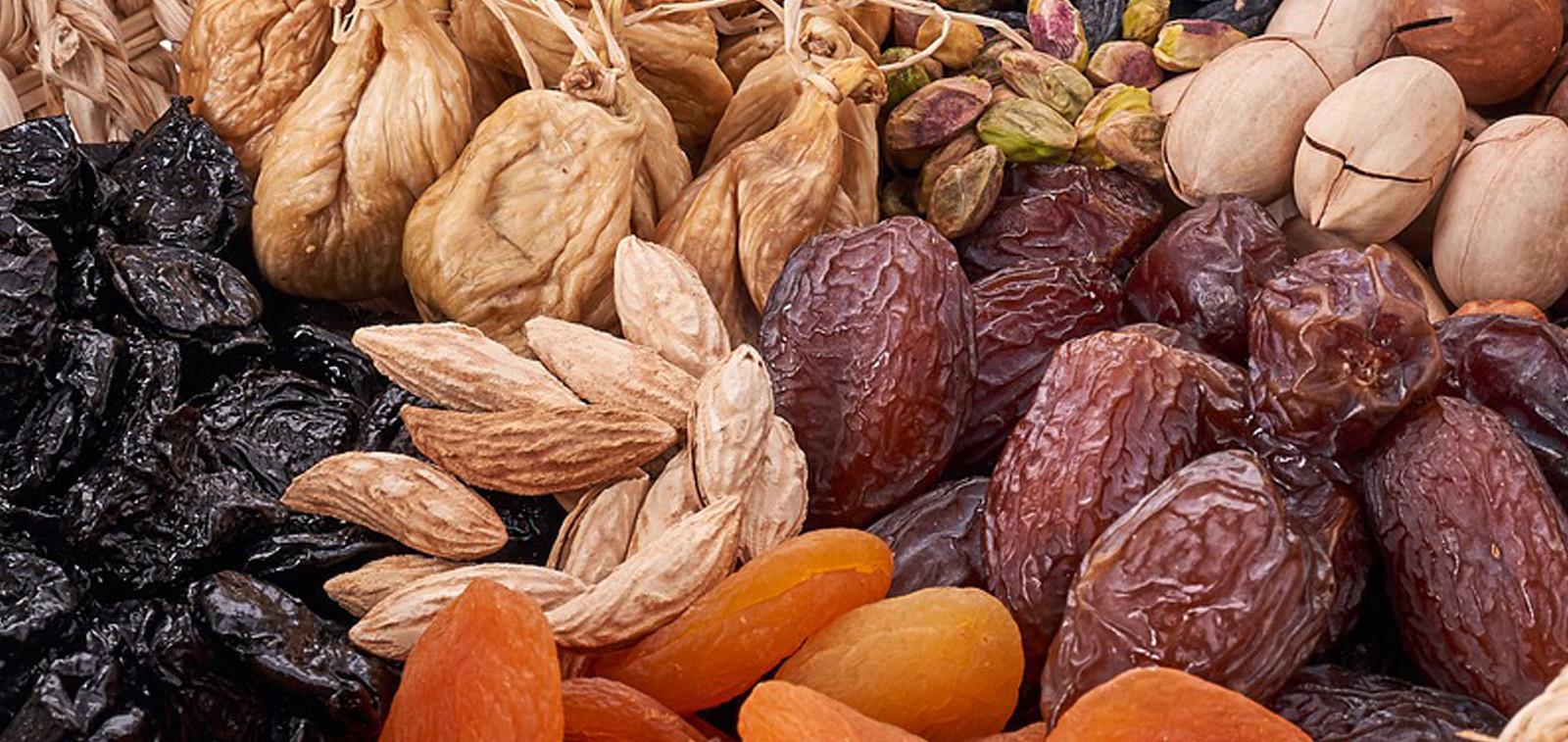 Erilaisia pähkinöitä, kuivattuja aprikooseja