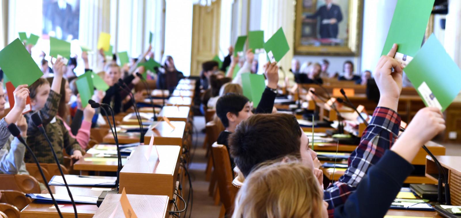 Lapset äänestämässä vihreiden lappujen avulla.