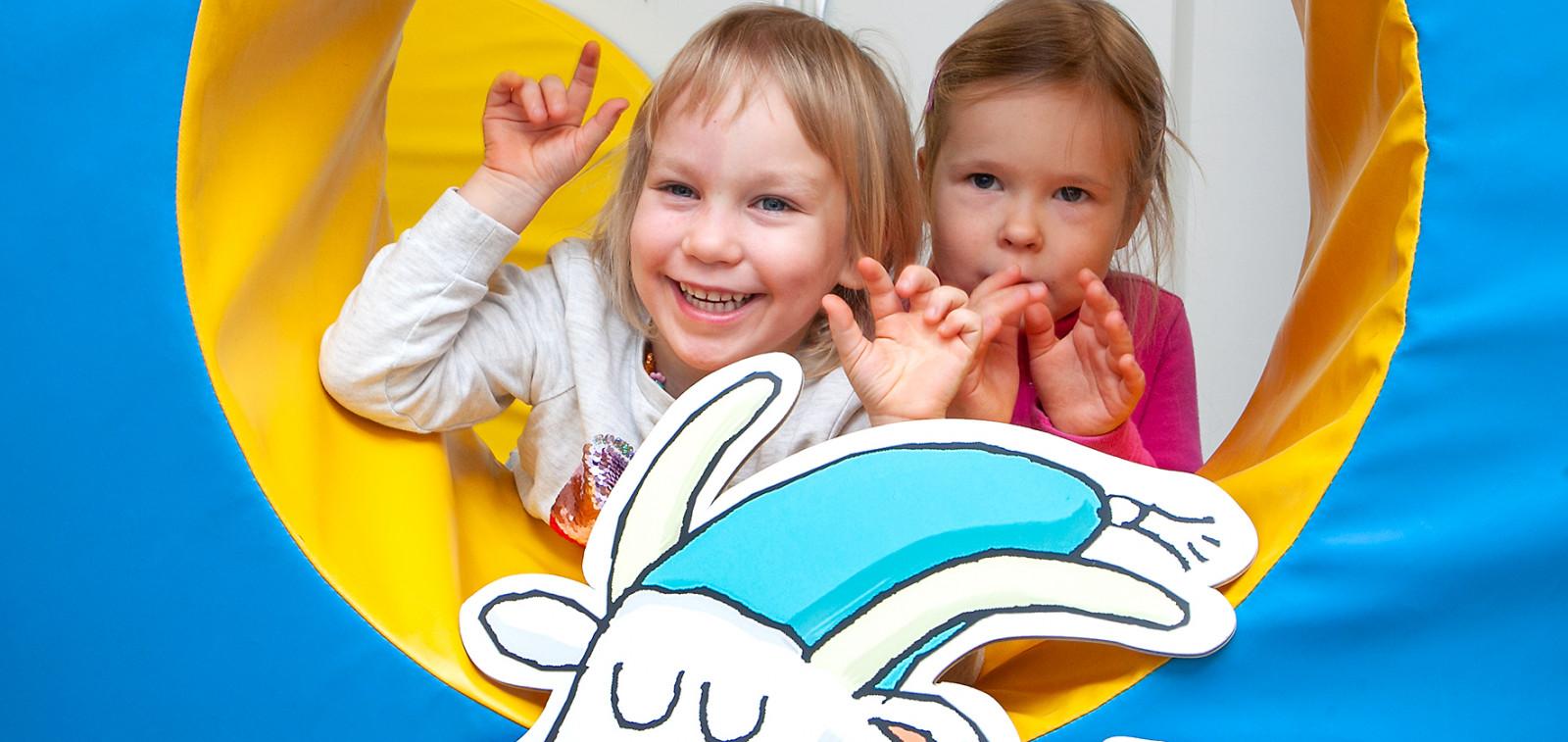 Lapset iloitsevat xylitolipastillilahjoituksesta
