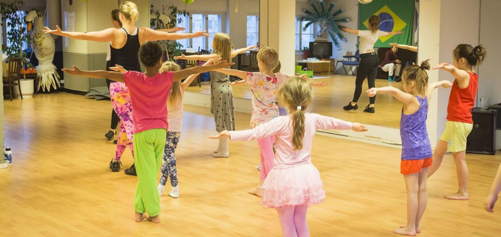 Lapset tanssivat sambaa