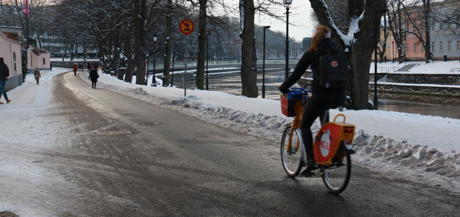 Talvipyöräilyn testireitti Turun jokirannassa