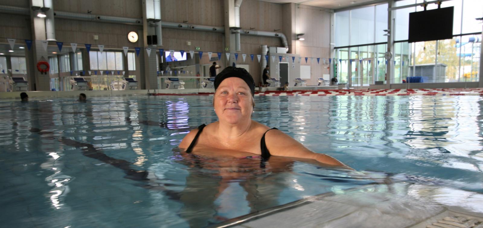 Leena Marjut Alanko Impivaaran uimahallin Juhani-altaassa.