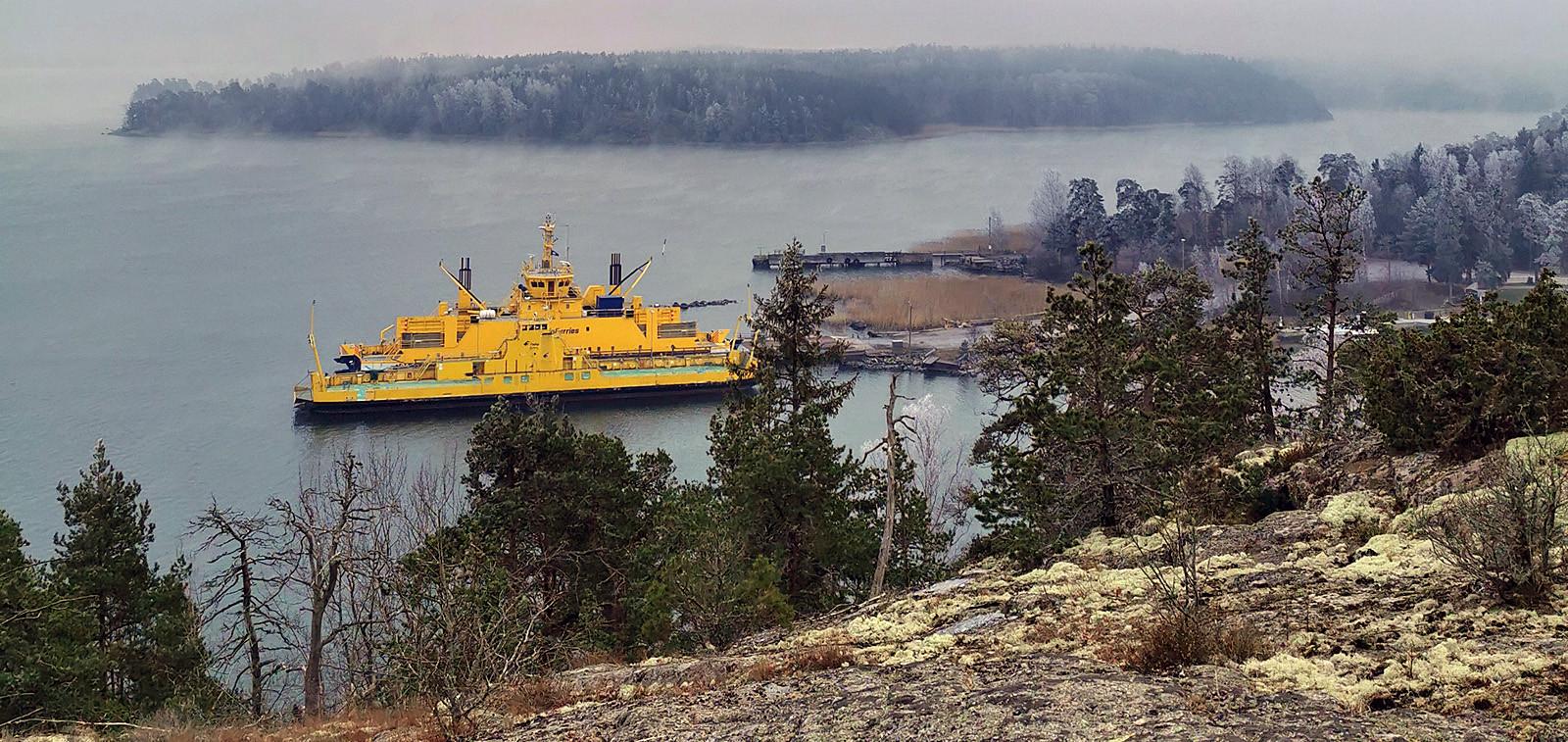 Paraisten ja Nauvon välinen lossi rannassa