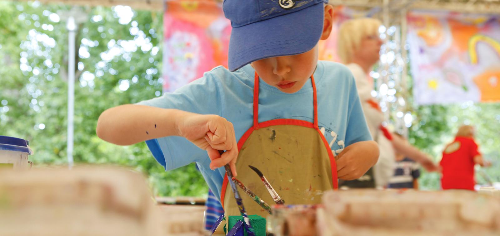 Poika maalaa ateljeessa