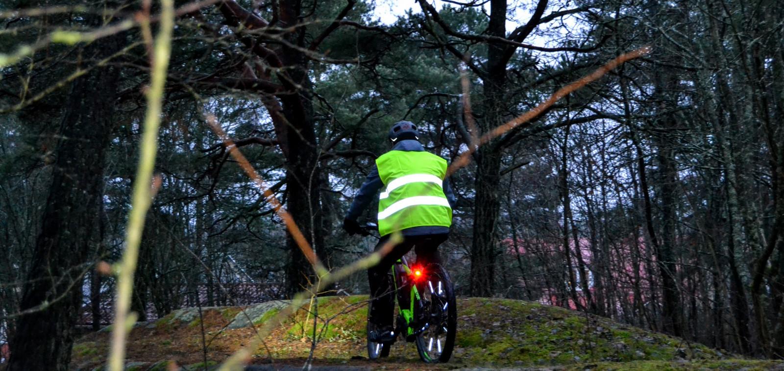 Maastöpyöräilijä luonnossa