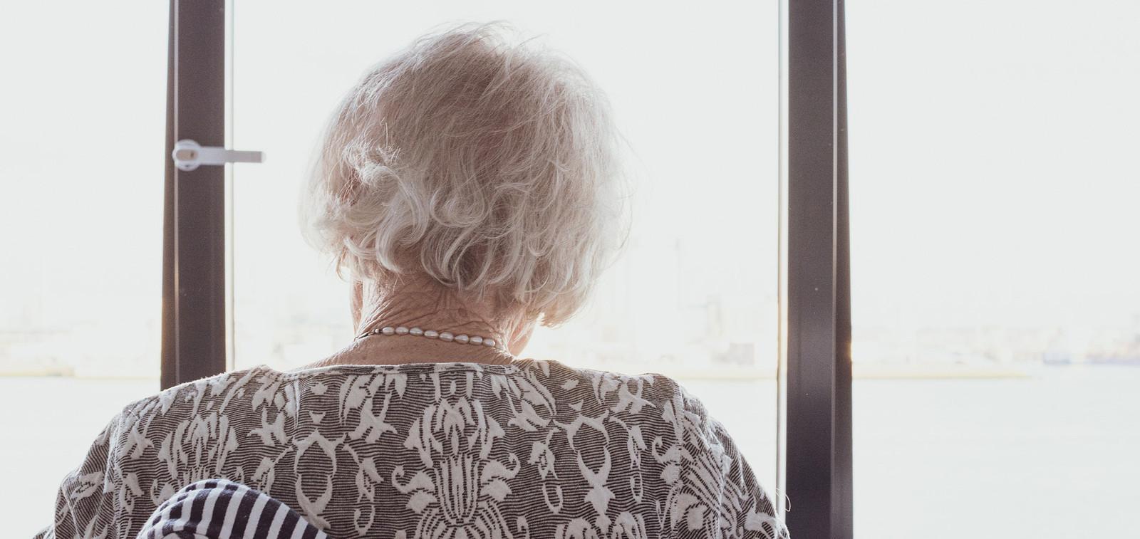 Mummo on selin ja katsoo ikkunasta ulos.