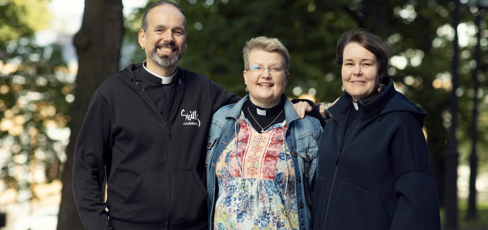 Papit hymyilevät vieretysten.