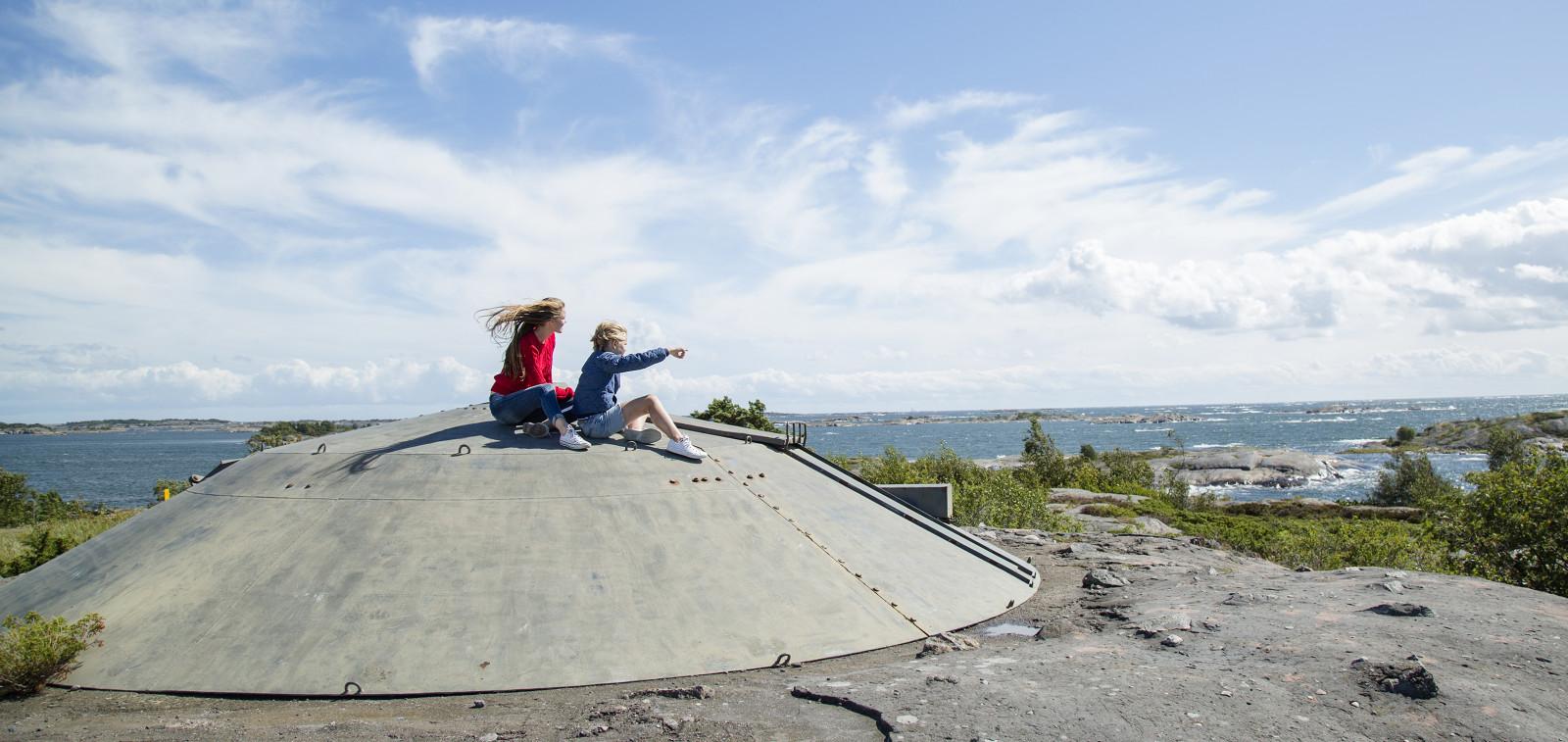 Kaksi ihmistä Örön saarella.