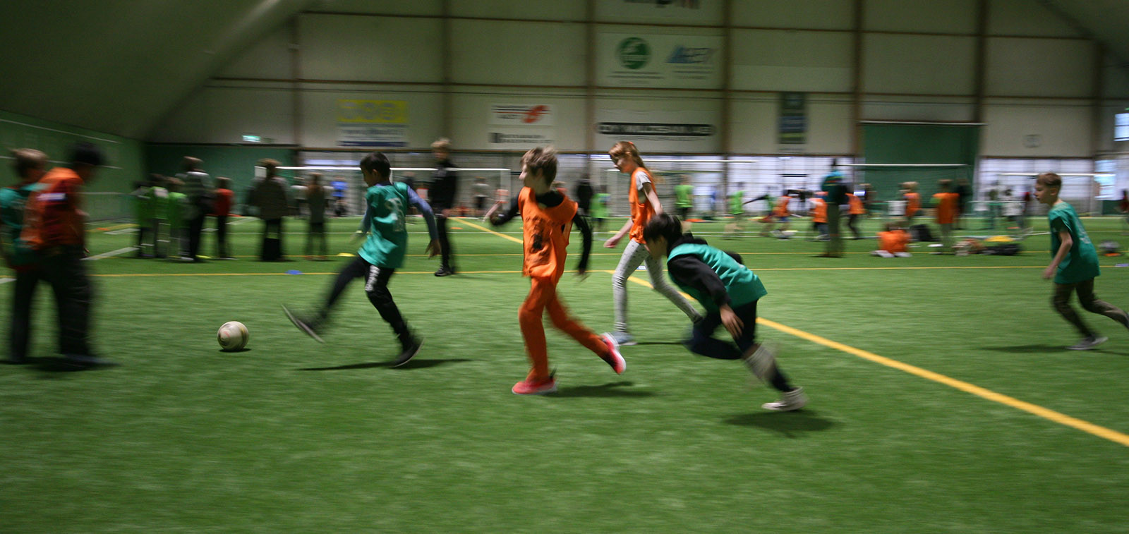 Pallosankarit-tapahtumassa lapsia potkimassa palloa.