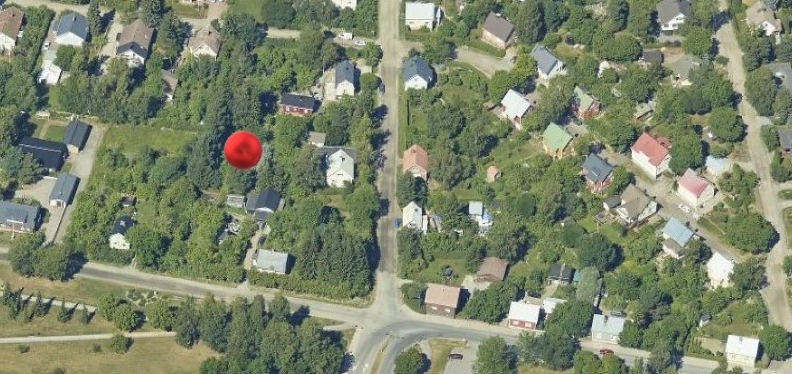 omakotitontti ilmakuvassa punaisella täplällä merkittynä