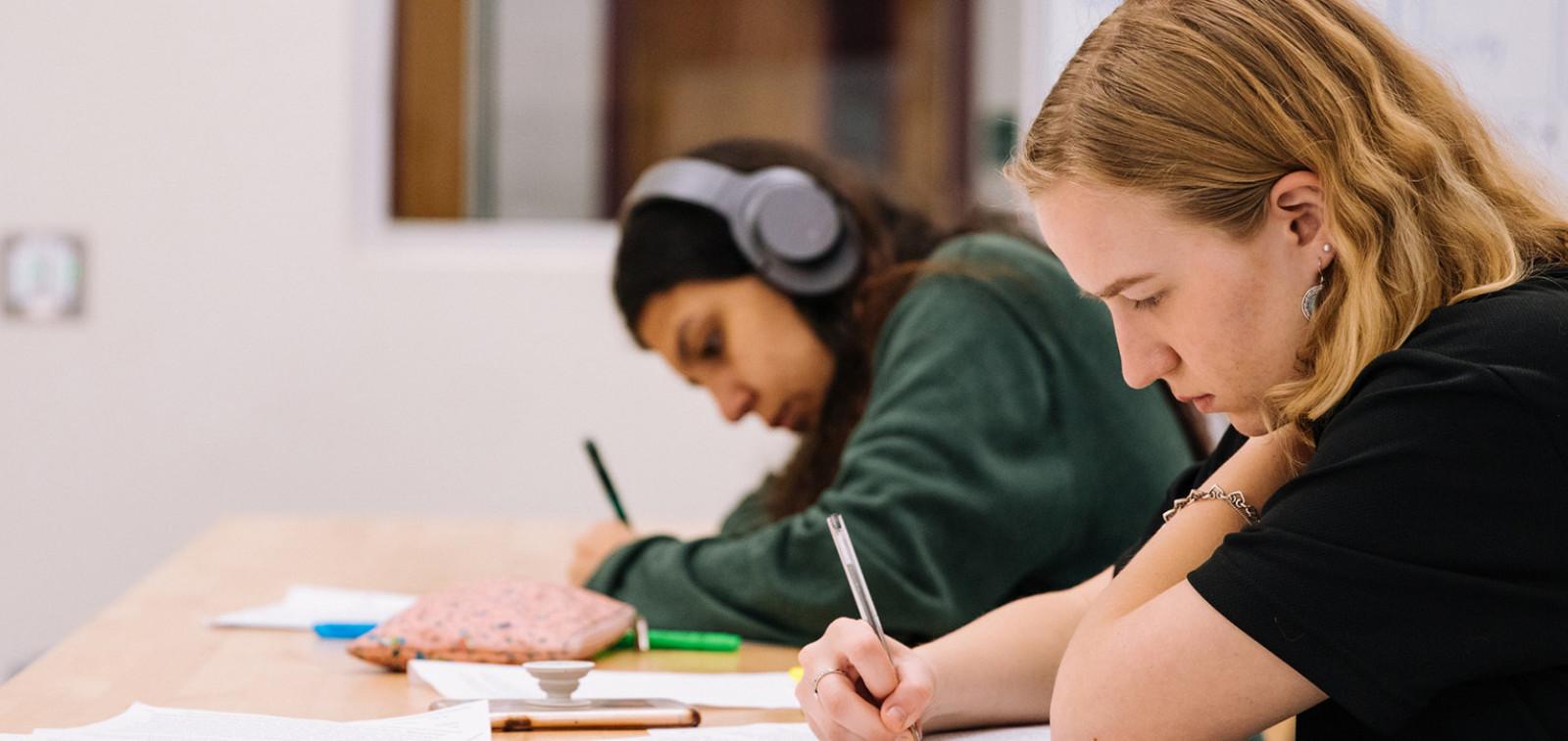 Kaksi nuorta opiskelemassa